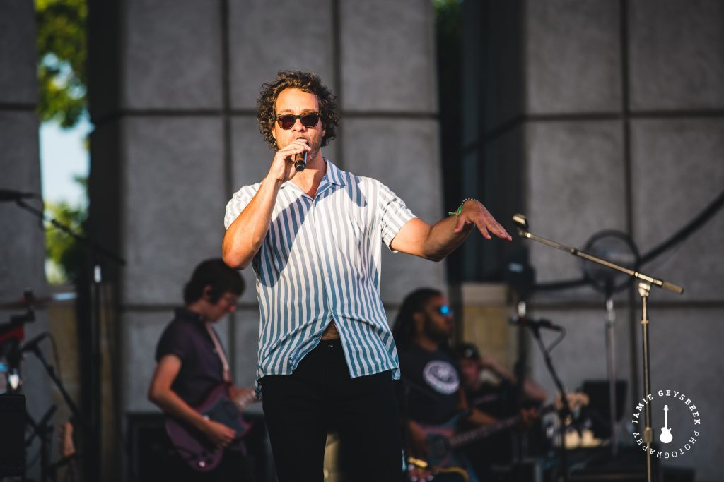 Amos Lee's soulful voice, energizing stage presence create perfect summer night